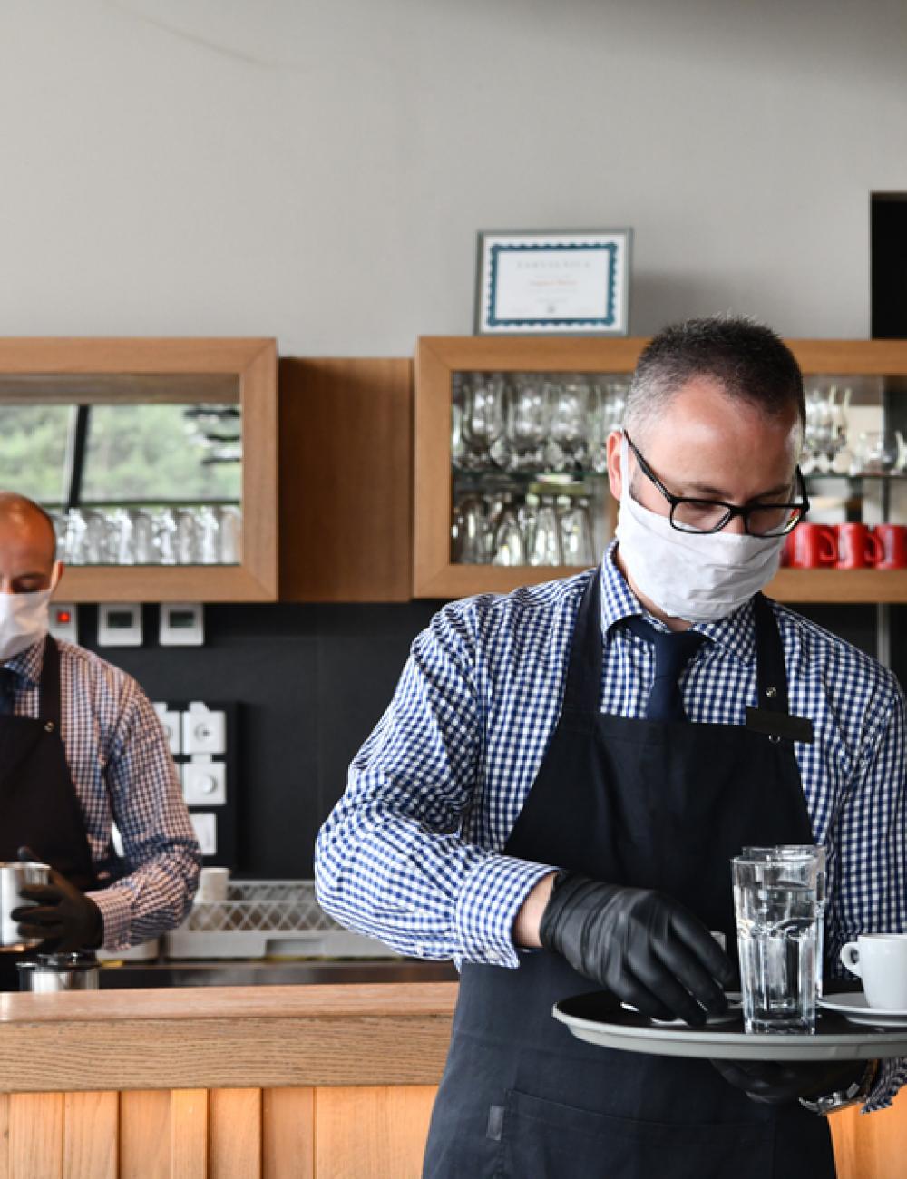 abbigliamento lavoro personalizzato: divisa cameriere bar